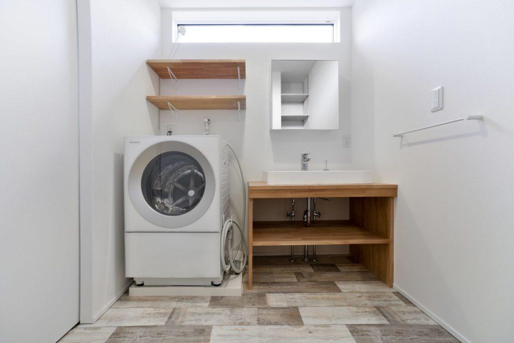 シンプルな洗面所には暖かさを感じる工夫で気持ちにゆとりを