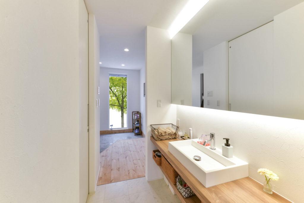 大きな鏡と横長のカウンターのある洗面所で、マイペースに身支度を